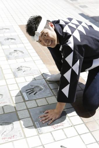浅草公会堂前のスターの広場には、俳優。歌手などスターといわれる方の手形がたくさんあります。我らが芸術監督坂東玉三郎さんの手形も。