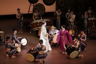 アマテラス(坂東玉三郎)、アメノウズメ(愛音羽麗)/Photo: Takashi Okamoto