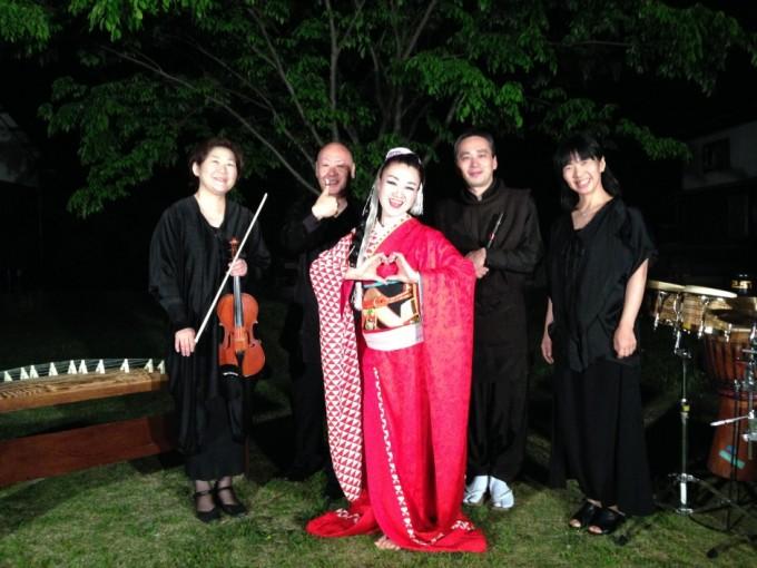 笛・三味線の木村俊介さん、箏の池上眞吾さん、バイオリンの西田ひろみさん、パーカッションの池田安友子さんと。