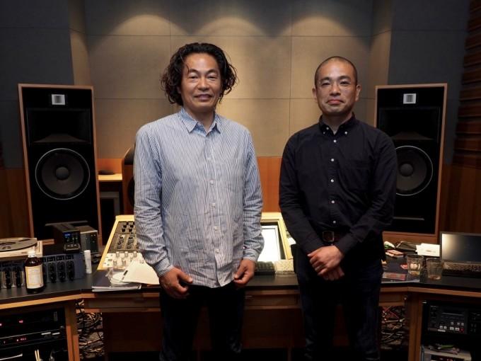 コラボ・モデルにプリインストールされる未発表音源のマスタリングに携わるソニー・ミュージックスタジオの鈴木浩二さん(左)と鼓童の洲﨑拓郎さん