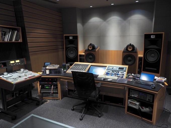 とても落ち着いた雰囲気の鈴木浩二さんが使用するMastering1ブース。平面を避け、反射と吸音を上手くバランスさせることで、自然な音響が得られるという